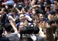 [포토]한국여자배구,팬들과 승리를