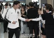 [포토]황의조, 팬들에 둘러싸여 출국장 도착