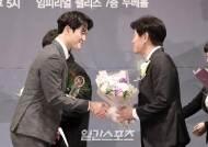 [포토]KT 배재성, 성취상 받고 이강철 감독에게 축하