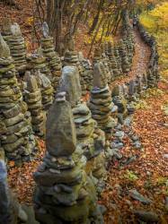 누군가는 돌로 탑을 쌓고 길을 만든다