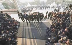 [사진] 전 대법원장 앞의 그림자