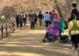 코로나 속 한 달 67만명 발길…북한산에는 '등산적 거리 두기'