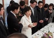 """23일 만에 외출한 박근혜 대통령… """"왜곡·허위 남발"""" 조목조목 반박"""