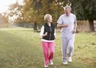 무릎 골관절염 앓는 고령자들 주 당 1시간씩만 걸으세요