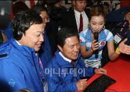 [사진]허남식 시장-곽승준 위원장 '재밌는 게임 체험'