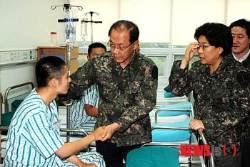육군훈련소 지구병원 위로 방문한 황우여 대표