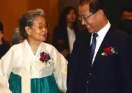 이야기 나누는 황우여 대표와 김정례 전 보건복지부 장관
