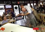 오바마 번쩍 들어올려준 열성 공화당원 .. 민주당 플로리다 유세중 거인 만나