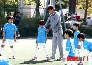[뉴시스아이즈]홍명보 감독과 축구 꿈나무들의 만남 '현대카드 키드 사커 매치'