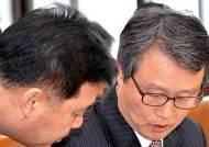 보고자료 검토하는 권도엽 국토해양부장관