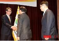 직원들과 인사하는 류길재 통일부 장관
