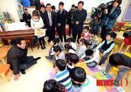 연평도 어린이들과 인사 나누는 송영길 시장