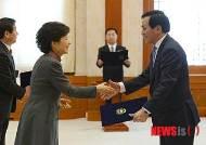 박 대통령, 최순홍 미래전략수석 임명장 수여