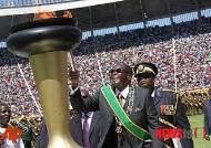 짐바브웨 독립 기념하는 대통령
