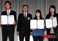 대학선수들에게 장학금 전달한 오한남 회장
