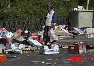 쓰레기 더미에서 물건 고르는 마드리드 여성