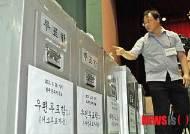 투표함 세는 개표 관리자