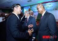 잔지바르 전 대통령과 인사 나누는 문현진 의장