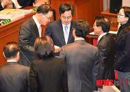정부조달협정 기탁 중지 요구서 전달하는 민주당