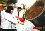 메주콩 만들기 체험하는 이동필 장관-조윤선 장관