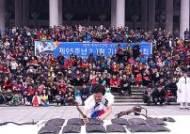 전각 퍼포먼스 펼치는 김상복 전각가