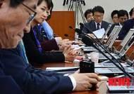 장관 답변 듣는 민주당 복지위원들