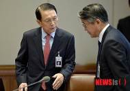 대화하는 김기춘 비서실장과 홍경식 민정수석