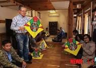 북촌전통공예체험관에서 한국전통연 체험 나선 외국인들