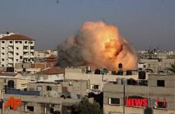 가자지구 라파에서 이스라엘군의 폭격으로 솟구치는 화염