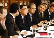 외국인 투자기업인들에게 인사말하는 정 총리