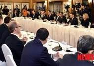 정 총리의 인사말 경청하는 외국인 투자기업인들