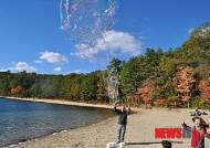 '쏘로우의 월든 호수에서 법정 스님을 만나다'…비누거품 방울 유희