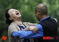 사교댄스 추면서 즐거워 하는 중국 여성