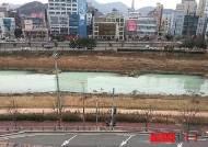 창원천 돌가루 섞인 오염수 유입…수백m 녹색빛