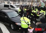 반일시위대에 막혀버린 日 외무성 사무차관 차량