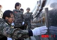 천안함 46용사 위령탑 추모조형물 살피는 천호선 대표