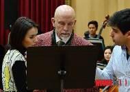 피아니스트 코간과 악보 살펴보는 존 말코비치