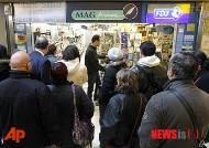 샤를리 엡도 최신호 구입 위해 신문가판대 앞에서 기다리는 佛 시민들