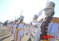 경례하는 군간호사관학교 생도들