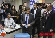 투표하는 이삭 헤르조그 이스라엘 시오니스트 연합 지도자