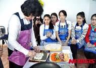 김밥 만드는 과정 보는 카자흐스탄 학생들