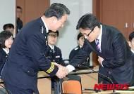 악수하는 강신명 경찰청장-보건복지부 인구아동정책관