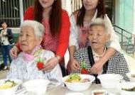 정선 폐광촌 외로운 노인에 카네이션 선물