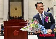 축하 꽃다발 받는 박상옥 대법관