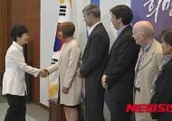 감염병 해외전문가들과 인사하는 박 대통령
