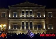 그리스 구제금융 반대 시위 속 S&P, 그리스 국가신용등급 '정크 등급'으로 강등