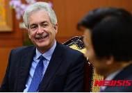 미소짓는 빌 번즈 카네기 국제평화재단 회장