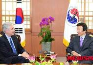빌 번즈 카네기 국제평화재단 회장 접견하는 윤병세 장관
