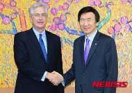 빌 번즈 카네기 국제평화재단 회장 접견한 윤병세 장관