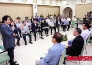 남원읍 지역민들과 얘기하고 있는 원희룡 제주지사